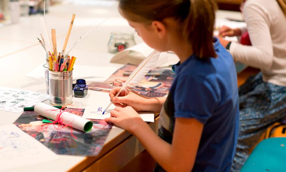 Ein Kind zeichnet im Museum.