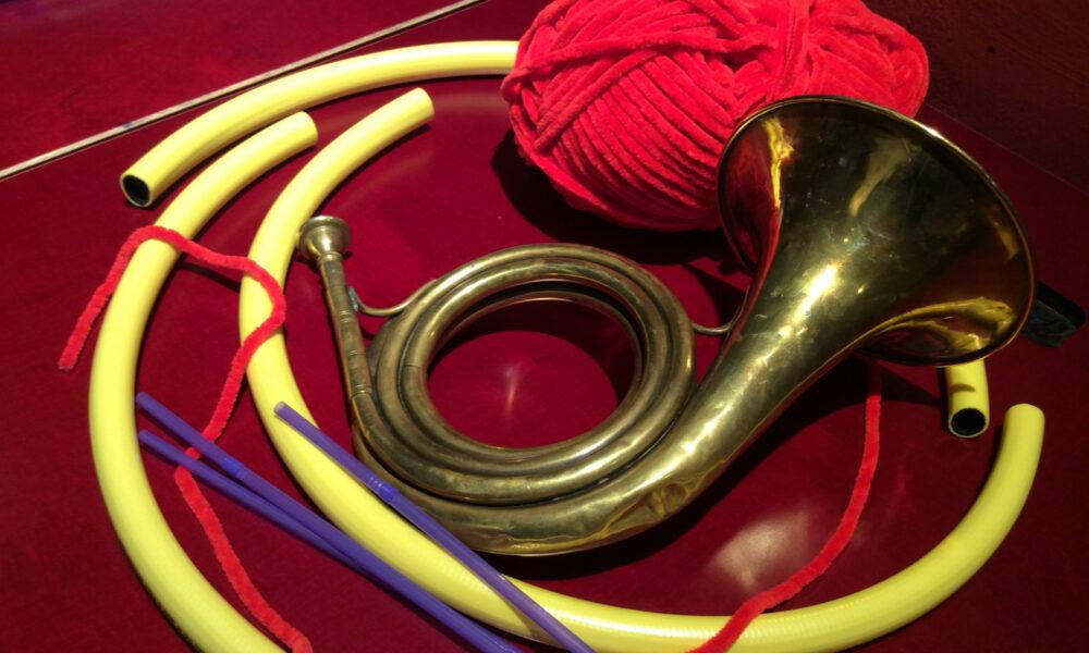 Posthorn und Bastelmaterial im Museum für Kommunikation Nürnberg