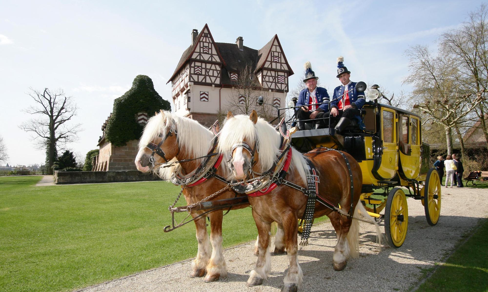 Die Postkutsche mit Kutscher Heinz Lehneis (links) vor dem Schloss in Neunhof.