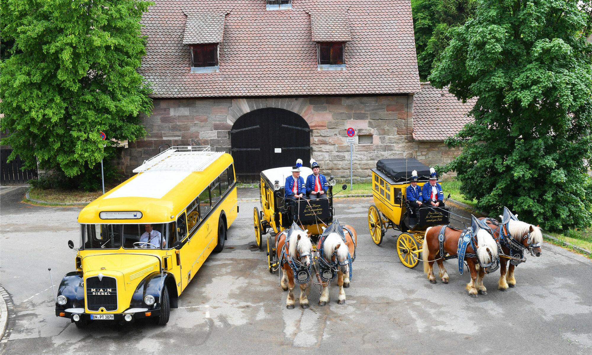 """Link zur Seite """"Unsere Fahrzeuge"""". Auf dem Bild ist zu sehen: Blick von oben auf die Flotte der historischen Fahrzeuge des Museums für Kommunikation von links nach rechts: Kraftpostbus, Museums-Postkutsche Modell Berline und pferdebespannter Postomnibus"""