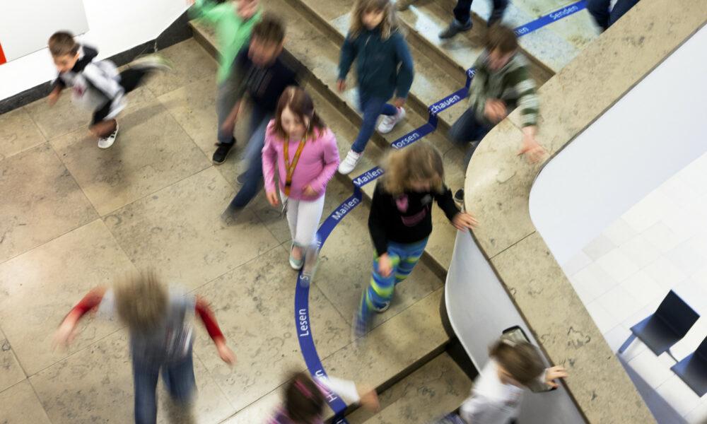 Schulkinder im treppenhaus, Museum für Kommunikation Nürnberg