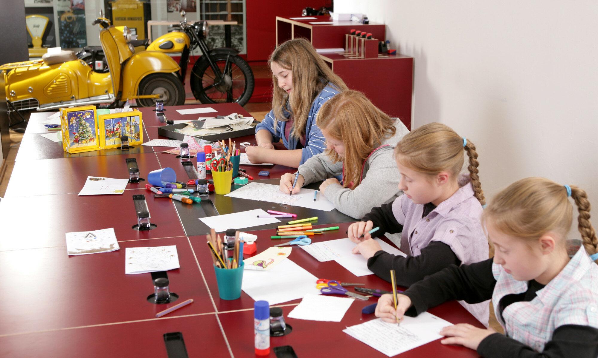 Jugendliche in der Schreibwerkstatt, Museum für Kommunikation Nürnberg