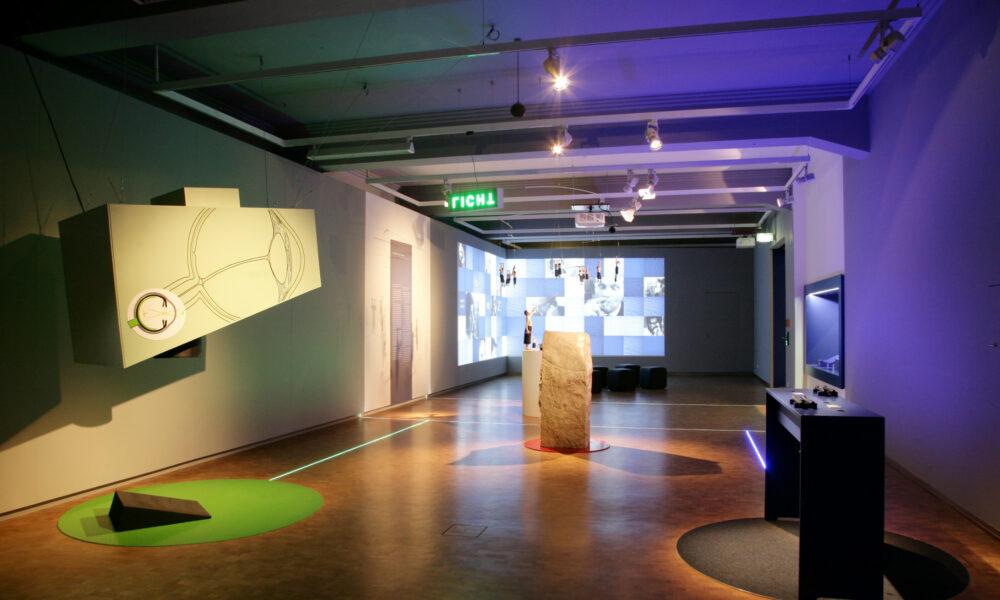 Ausstellungsobjekte im Eingangsbereich.